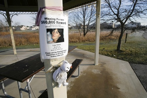 [Lisa Stebic Missing Since April 30, 2007 - Stuffed animals and Lisa Stebic's missing person flier were still posted at the gazebo in Lisa Stebic's neighborhood on Red Star Drive in Plainfield, Ill. in December. (Tribune photo by Chuck Berman / December 26, 2007)]